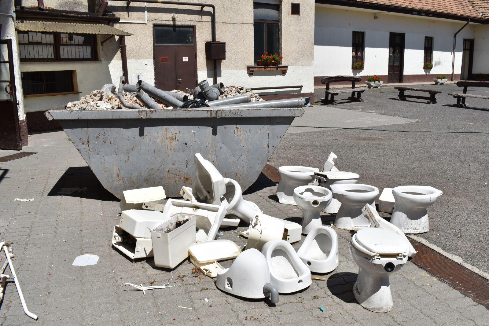 Újabb mosdók felújítását kezdték meg az iskolákban a nyári szünet elején