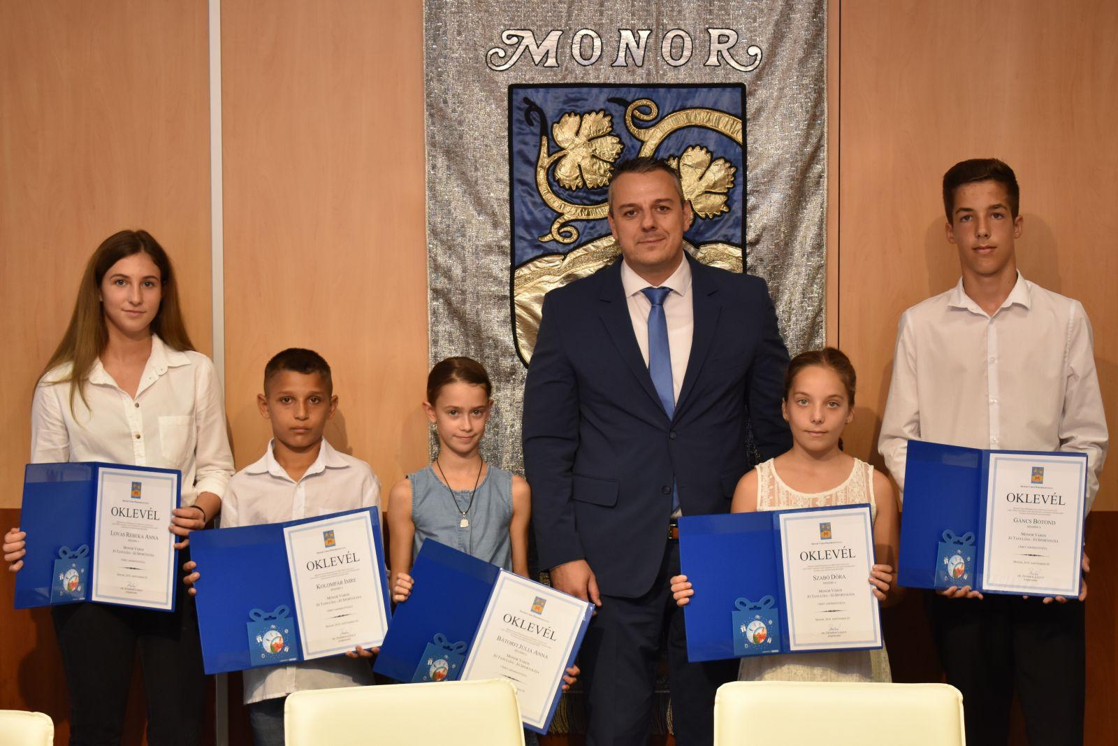 Öten kaptak Jó tanuló - Jó sportoló elismerést