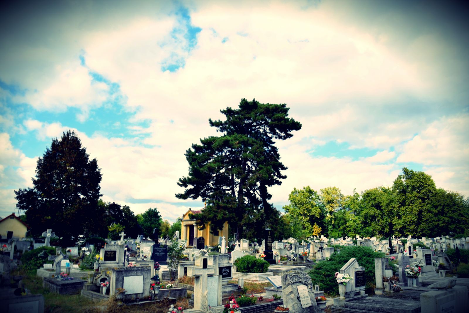 A monori temetőkben is készülnek a közelgő mindenszentekre és halottak napjára