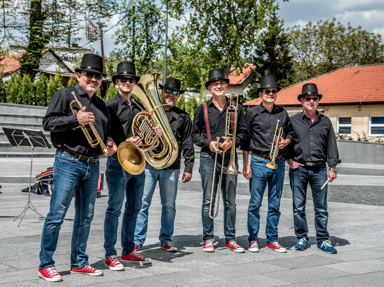 BrassDance kiskoncertek - térzenével indulnak újra a monori programok
