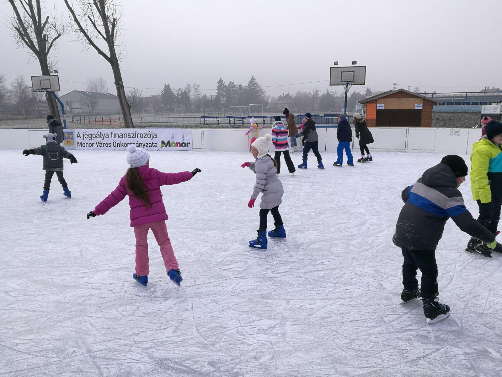Meghosszabbított nyitvatartással, február 12-ig várja a jégpálya a korizni vágyókat